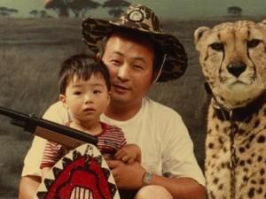 幼少の頃、父と。